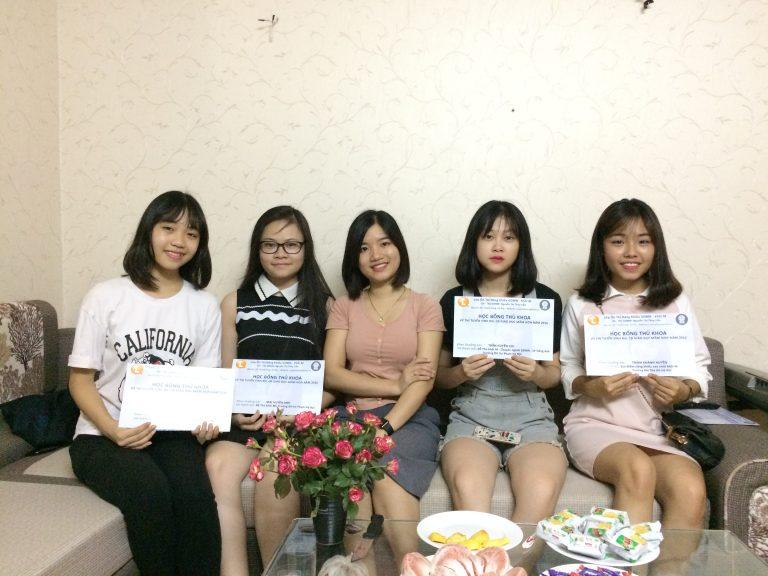 Trao thưởng Thủ Khoa Giáo Dục Mầm Non 2016 cho các Học Viên của lớp Ôn năng khiếu cô Thúy Liễu.